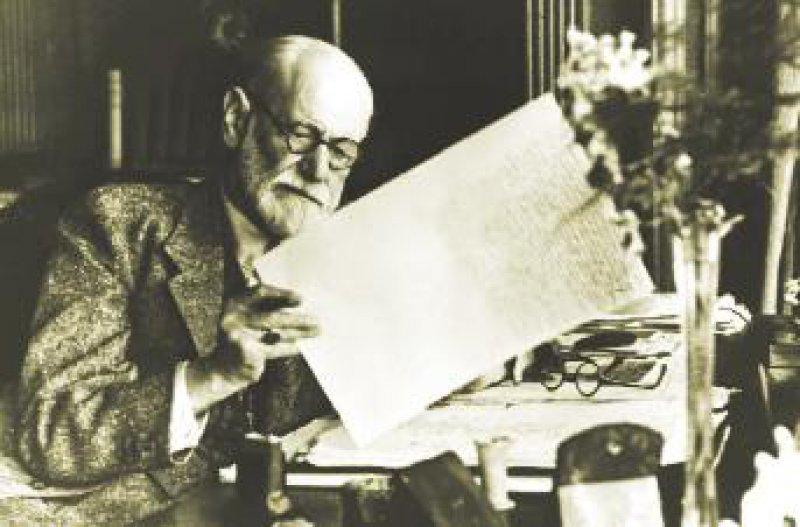 Mit dem von Sigmund Freud (1938 an seinem Schreibtisch in Hampstead) revidierten Menschenbild drang die Psychoanalyse am Anfang offensiv in viele gesellschaftliche Bereiche ein. Foto: Picture-alliance/akg-images