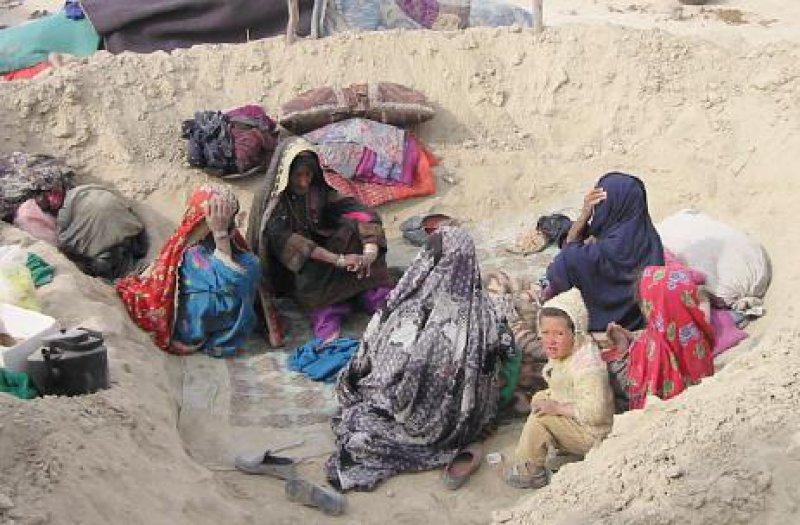 Ist das Flüchtlingslager überfüllt, müssen Neuankömmlinge die ersten Tage vor dem Camp ausharren. Die Kuhle dient der Familie als Schutz vor Sandstürmen. Fotos: humedica