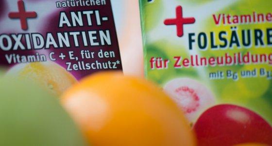 Auch auf den Etiketten mehrerer Vitamin-Mehrfruchtsäfte wird auf ein Plus an Antioxidaten, Folsäure und Vitaminen hingewiesen. /dpa
