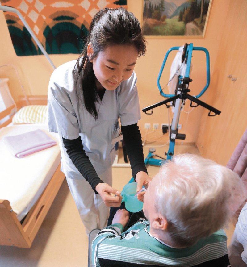 Pflegekräfte aus dem Ausland helfen heute in vielen deutschen Krankenhäusern, die offenen Stellen zu besetzen. Foto: dpa