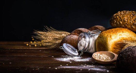 Aufgrund der in vielen Ländern beobachteten Schwierigkeiten bei der Umsetzung der Supplementierungsempfehlung mit Folsäure werden heute in gut 80 Ländern weltweit Mehl bzw. Getreide und daraus hergestellte Produkte mit Folsäure angereichert.  /redfox331, adobe.stock.com