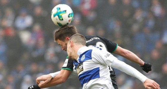 Kopfballduell beim Fußball /dpa