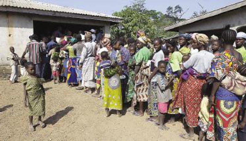 Gelbfieberimpfung in Goboela: Spenden ermöglichten diese Impfung. Die Aufklärungsarbeit der Mitarbeiter von Plan International hat den Großteil der Dorfbevölkerung vom Sinn der Impfung überzeugt. Fotos: Karin Rummel