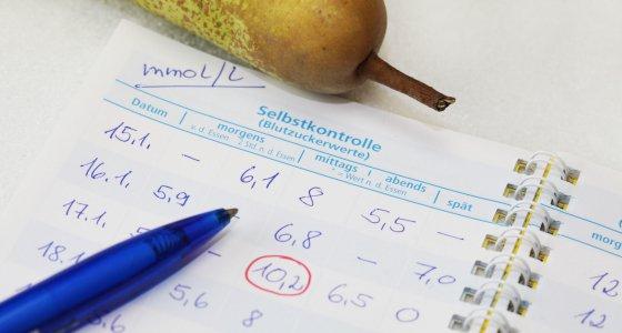 Aufschrieb zur Blutzuckerselbstkontrolle eines Diabetikers. /Jeanette Dietl, stock.adobe.com