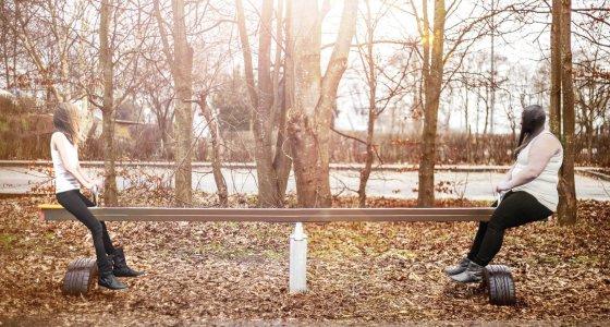 zwei Jugendliche auf einer Wippe /Melina Hipler DAK-Gesundheit