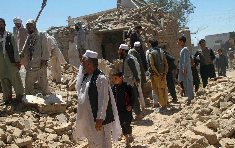 Trümmerwüste: Nach einem Talibanangriff im August 2018 stehen die Bewohner von Ghazni vor ihren zerstörten Häusern. Foto: picture alliance