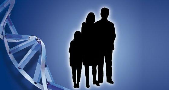 Familie steht neben einem Stück DNA /lom123, stockadobecom