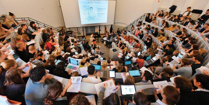 Mehr Wissenschaftlichkeit und Praxisorientierung: Der Großteil der Maßnahmen des Masterplans zielt auf eine kompetenzbasierte Neustrukturierung des Medizinstudiums. Foto: dpa