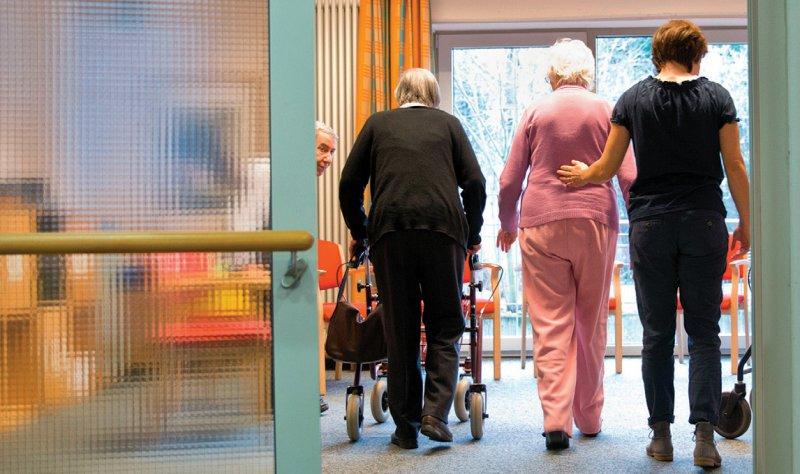 Um die unmittelbare Anschlussversorgung nach einer Rehabilitation zu sichern, dürfen Ärzte in Reha-Einrichtungen Arznei-, Heil- und Hilfsmittel verschreiben. Foto: dpa