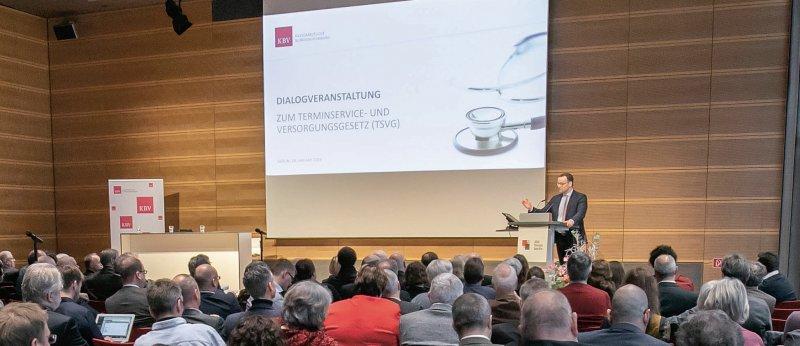 Dialog vor gut gefülltem Saal: Jens Spahn vor den Mitgliedern der KBV-Vertreterversammlung und anderen Verbände in Berlin.