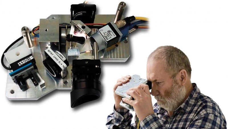 Der Patient scannt sich selbst den Augenhintergrund: Innenleben eines Prototypen, das ein OCT-Monitoring zu Hause ermöglichen könnte (RETOMEProjekt). Fotos: Prof. Dr. med. Johann Roider