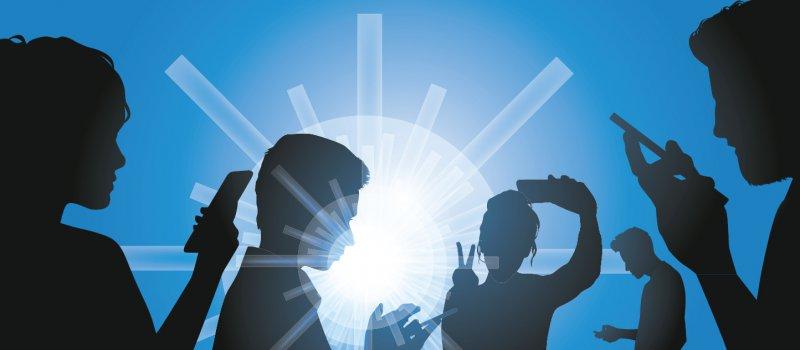 Junge Menschen verwenden ihr Smartphone täglich im Durchschnitt 100-Mal. Foto: pict rider/stock.adobe.com