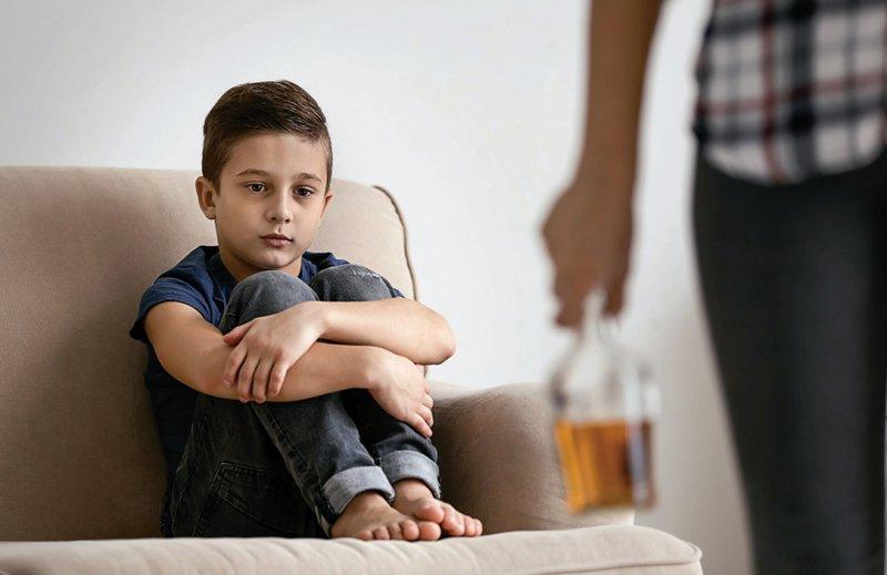 Kinder suchtkranker Eltern haben ein dreibis viermal höheres Risiko selbst zu erkranken. Foto: Africa Studio/stock.adobe.com