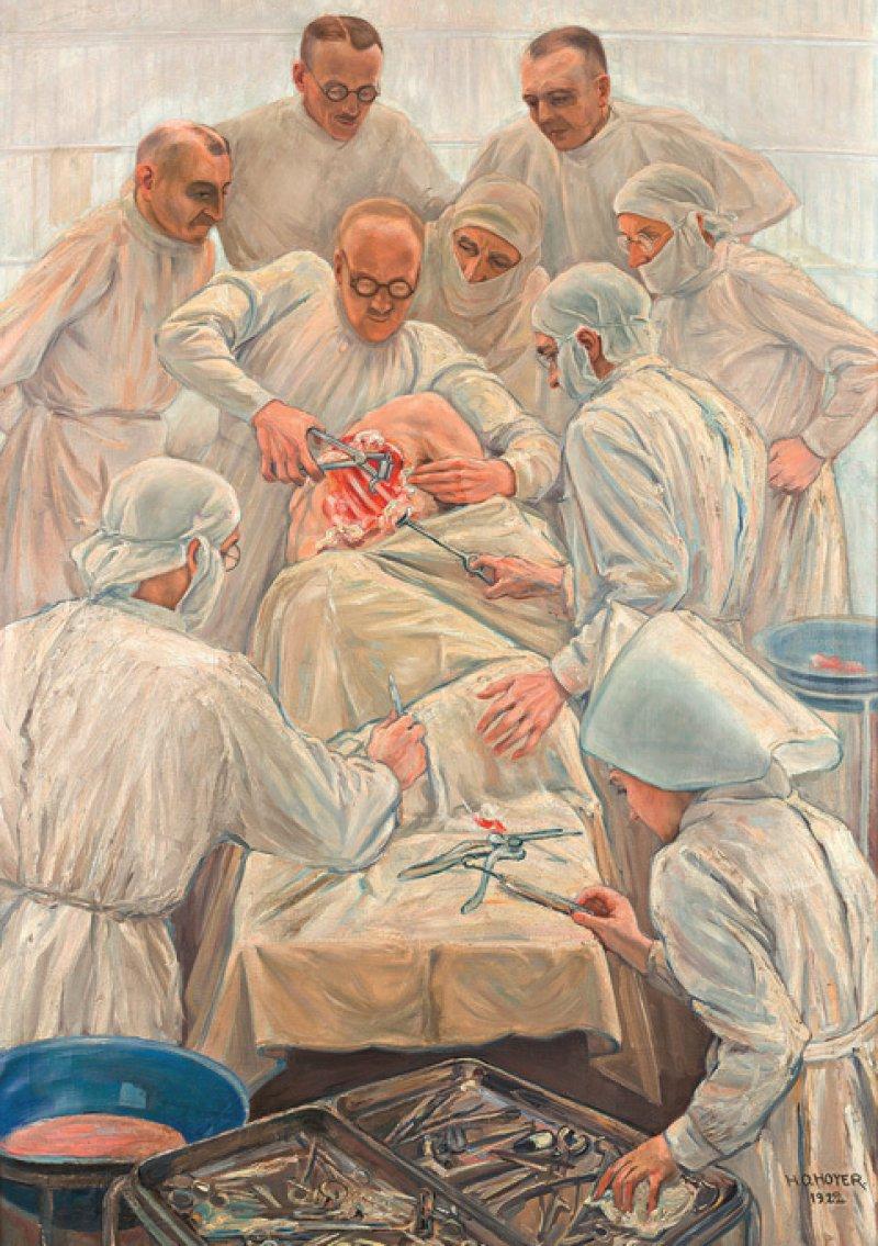"""Eine Auswahl der Exponate: das Gemälde """"Thorakoplastik"""" mit Sauerbruch im Zentrum (oben) und eine Unterarmprothese mit Schmuckhand (unten). Fotos: Thomas Bruns"""
