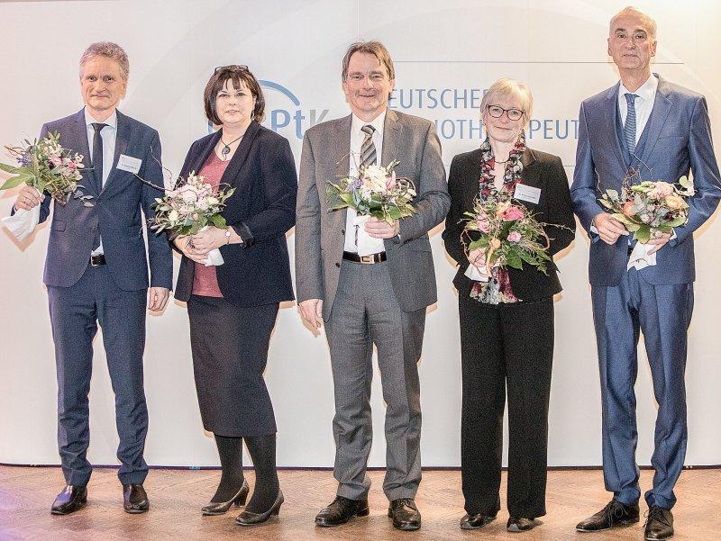 Der frisch gewählte Vorstand der Bundespsychotherapeutenkammer: Nikolaus Melcop, Michaela Willhauck- Fojkar, Dietrich Munz, Andrea Benecke und Wolfgang Schreck (von links nach rechts). Fotos: BPtK