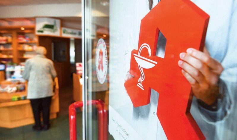 Um die Vor-Ort- Apotheken zu stärken, sind eine ganze Reihe von Änderungen vorgesehen. Insgesamt ist das Packet für die Apotheker rund 205 Millionen Euro teuer. Foto: dpa