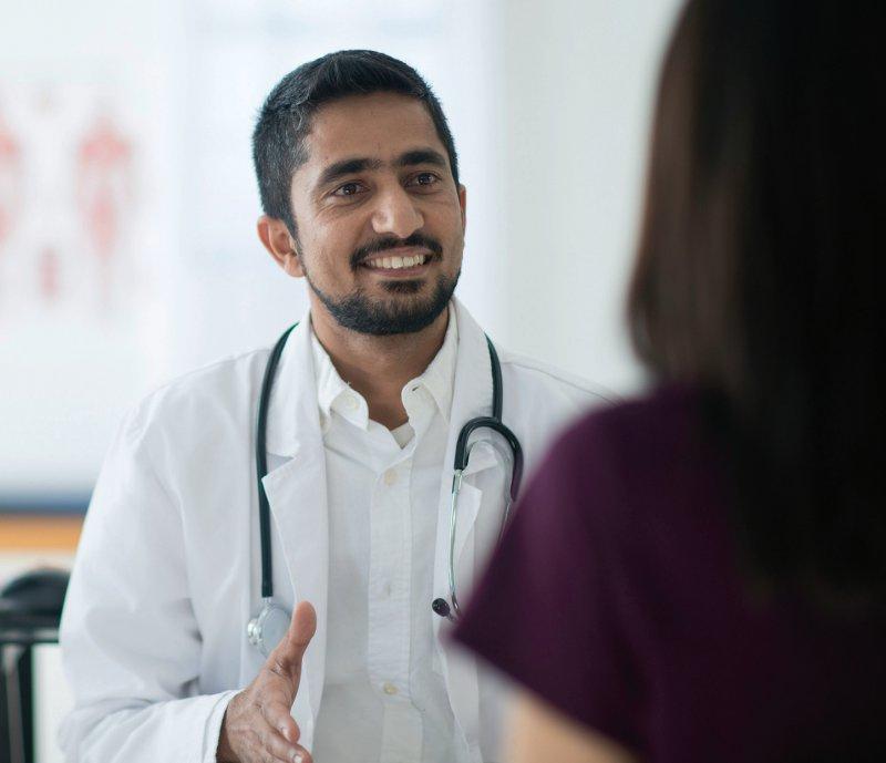 Der Zuzug von ausländischen Ärztinnen und Ärzten hilft, die Lücken in der Versorgung in Deutschland zu schließen. Die meisten kommen aus Rumänien, Syrien und Griechenland. Foto: FatCamera/iStockphoto