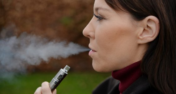 Junge Frau raucht E-Zigarette/dpa
