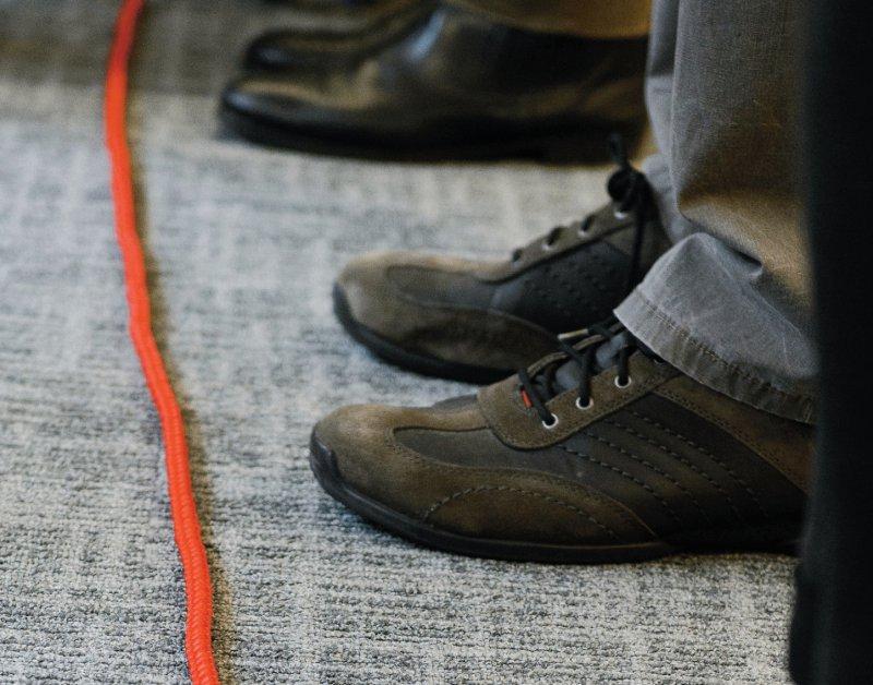 Bis hier hin und nicht weiter symbolisiert das rote Seil. Die Teilnehmer des Seminars sollen lernen, Nein zu sagen. Fotos: picture alliance/Timm Schamberger für Deutsches Ärzteblatt