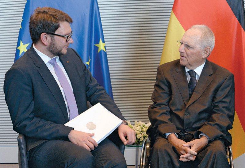 Bundestagspräsident Wolfgang Schäuble (rechts) nimmt vom Vorsitzenden des Petitionsausschusses des Bundestages, Marian Wendt, den Jahresbericht entgegen. Foto: Deutscher Bundestag/Achim Melde
