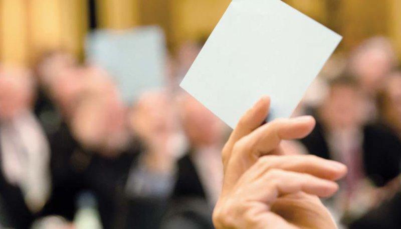 Abstimmung in Gremien: Für die ehrenamtliche Arbeit geht viel Zeit am Abend oder am Wochenende verloren. Foto: Georg J. Lopata