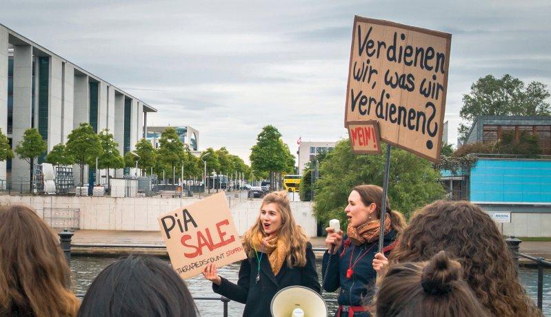 Psychotherapeuten in Ausbildung machten auch nach der Anhörung vor dem Parlamentsgebäude auf ihre prekäre finanzielle Situation aufmerksam. Foto: PiA Protest-AG
