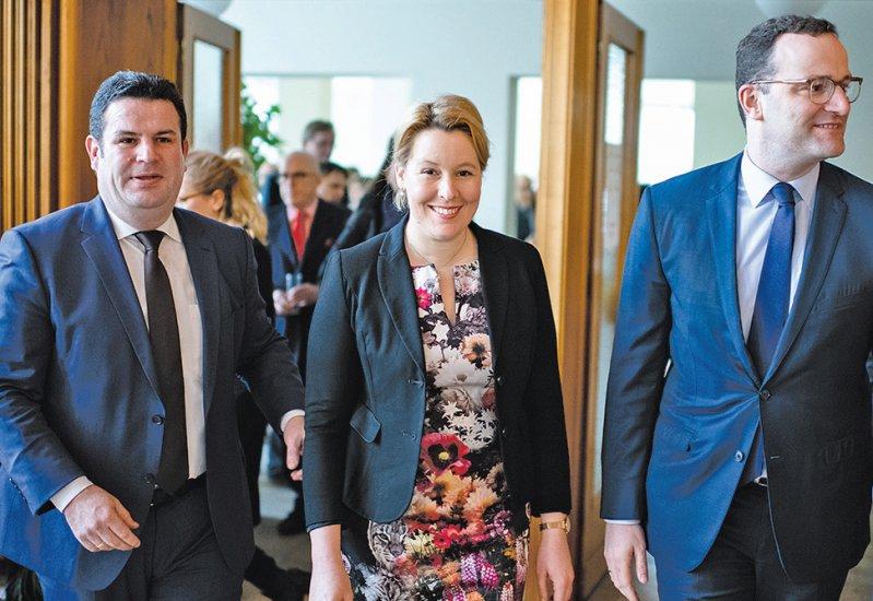 Stellten die Ergebnisse der Konzertierten Aktion Pflege vor: Hubertus Heil (links), Franziska Giffey, Jens Spahn. Foto: dpa