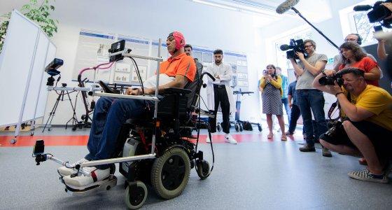 Die ersten Patienten haben das Training mit dem BCI-System absolviert: Sie waren in der Lage, einen Parcours erfolgreich im Rollstuhl zu befahren. /dpa