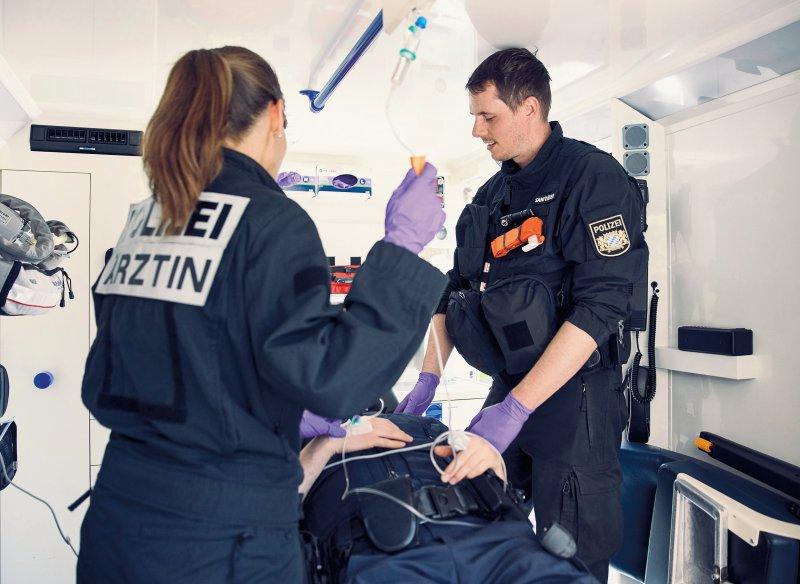 Polizeiärzte müssen ihre Patienten allgemeinmedizinisch, aber auch notfallmedizinisch versorgen. Fotos: picture alliance/Gandalf Hammerbacher für Deutsches Ärzteblatt