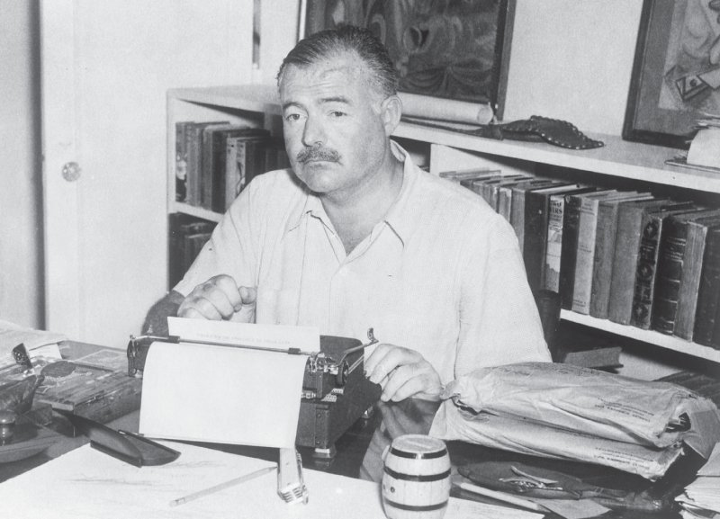 """Ernest Hemingway um 1945 beim Schreiben in seinem Landhaus """"Finca Vigia"""" auf Kuba. Foto: picture-alliance/akg-images"""