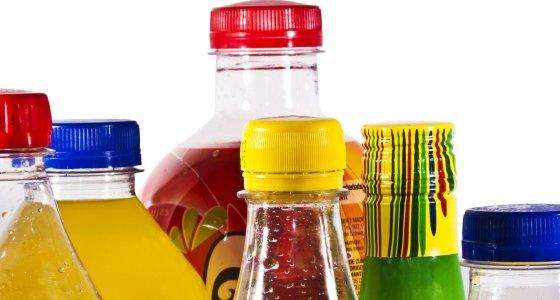 Flaschen von Süßgetränken /carballo AdobeStock