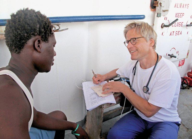 Einsatz im Mittelmeer: 2015 versorgt Tankred Stöbe schiffbrüchige Flüchtlinge an Bord eines Rettungsschiffes von Ärzte ohne Grenzen. Es empört ihn, wie zurzeit Flüchtlinge und Helfer kriminalisiert werden. Foto: Anna Surinyach/MSF