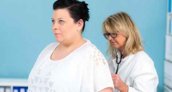 Übergewichtige Frau beim Arzt /pictworks, AdobeStock.com