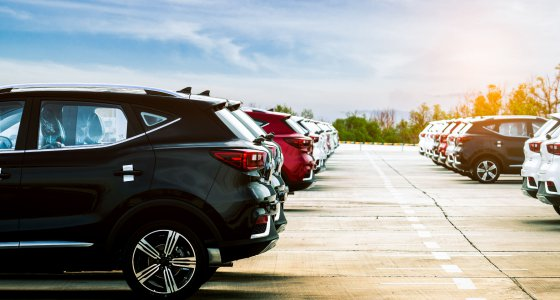 Ein Parkplatz voll mit sportlichen Geländewägen (SUV) /Artinum, Adobe.stock.com