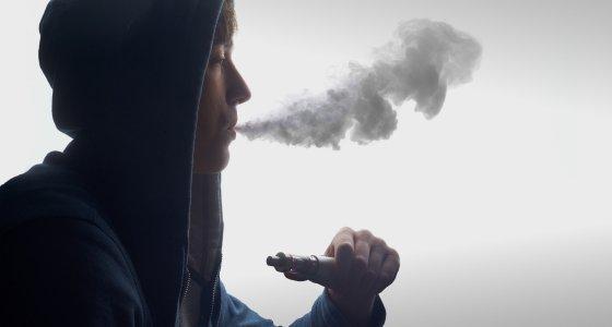 Junger Mann raucht eine E-Zigarette. /Himchenko, AdobeStock.com