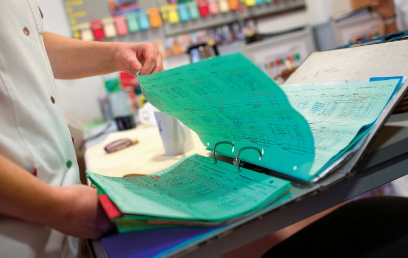 Pflegekräfte dokumentierten im Rahmen der Pflegepersonal- Regelung in den 1990er-Jahren den bestehenden Pflegebedarf der Patienten. Foto: dpa