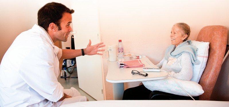 Ein humorvoller Kontakt zwischen Arzt und Patientin berücksichtigt gesellschaftliche, kulturelle und individuelle Grenzen. Foto: picture alliance/Phanie
