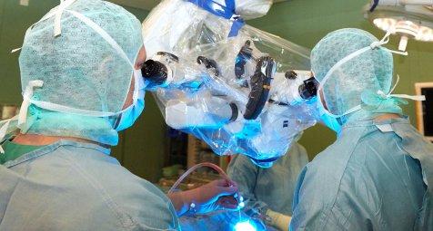 Neurochirurgen an Forschung für robotisch gesteuertem...