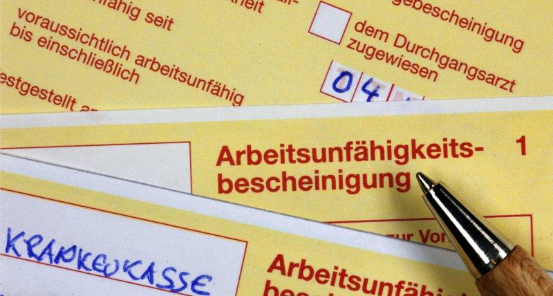 3 Arbeitsunfähigkeitsbescheinigungen - gelber Schein. /picture alliance