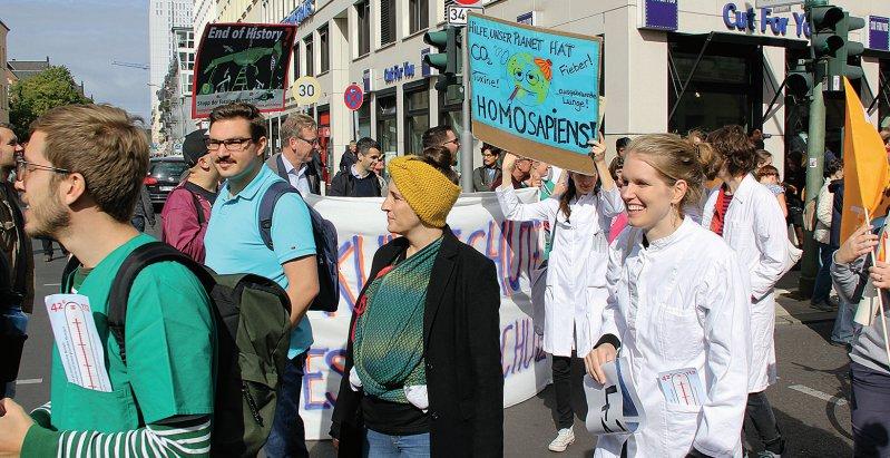 Ärzte und Medizinstudierende beteiligten sich an der Demonstration für mehr Klimaschutz in Berlin. Foto: Maybaum
