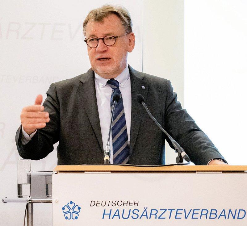 Wiedergewählt: Ulrich Weigeldt wurde beim 40. Deutschen Hausärztetag mit 90 von 120 abgegebenen Stimmen als Bundesvorsitzender bestätigt. Er stand dem Deutschen Hausärzteverband von 2003 bis 2005 vor, wechselte dann als Vorstand zur Kassenärztlichen Bundesvereinigung. Das Amt gab er 2007 auf und wurde im selben Jahr als Bundesvorsitzender des Hausärzteverbandes wiedergewählt. Foto: axentis.de/Lopata