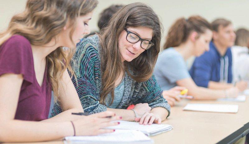 Das Studium der Psychotherapie gliedert sich in ein polyvalentes dreijähriges Bachelorund ein zweijähriges Masterstudium an einer Universität. Foto: FatCamera/iStock