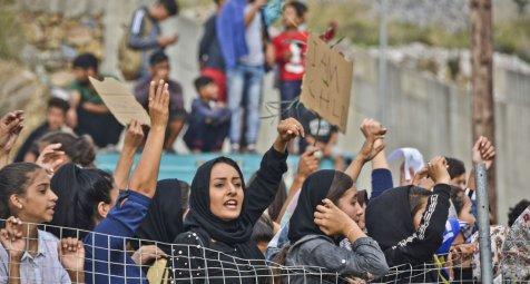 Athen bringt Hunderte Flüchtlinge aufs Festland