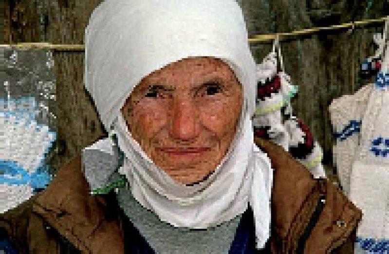 Vom Schicksal gezeichnet: kosovo-albanische Frau aus der Gegend bei Gjakova Foto: medica mondiale