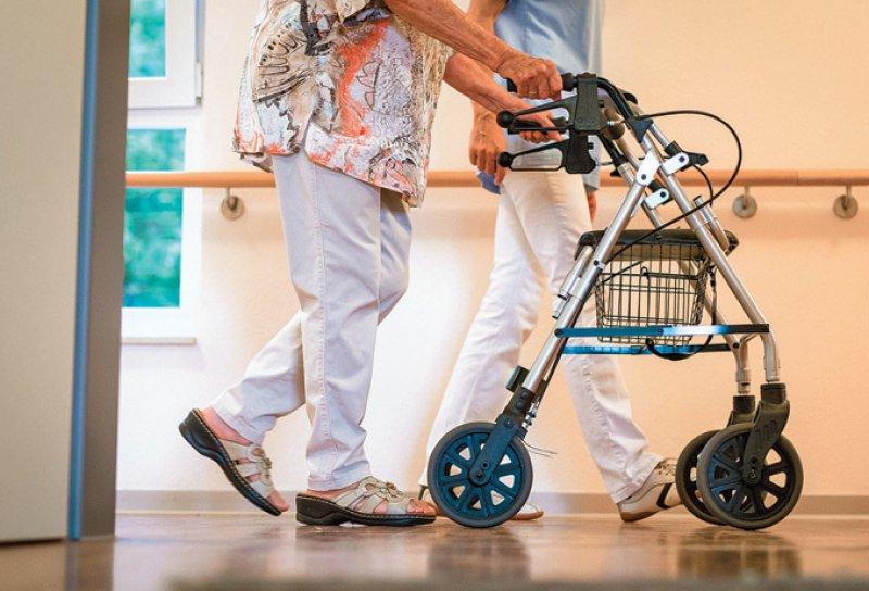 Pflegende Angehörige werden ab einem Jahreseinkommen von 100 000 Euro für Heimkosten herangezogen. Foto: dpa