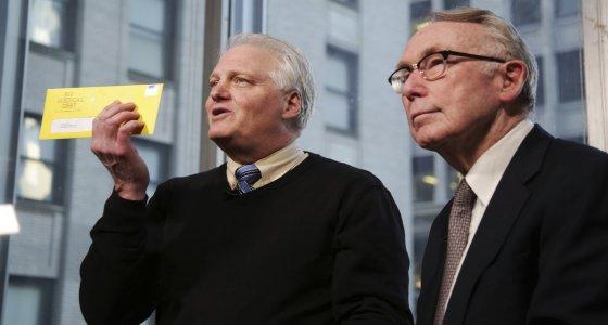 Die Gründer der 2014 ins Leben gerufenen Initiative RIP Medical Debt, Craig Antico (links) und Jerry Ashton (rechts), machen sich ihr jahrelanges Insiderwissen aus dem Inkassogeschäft zunutze. Jedes Jahr verschicken sie Briefe, in denen sie die Schulden für unbezahlte Krankheitskosten tilgen. /picture alliance