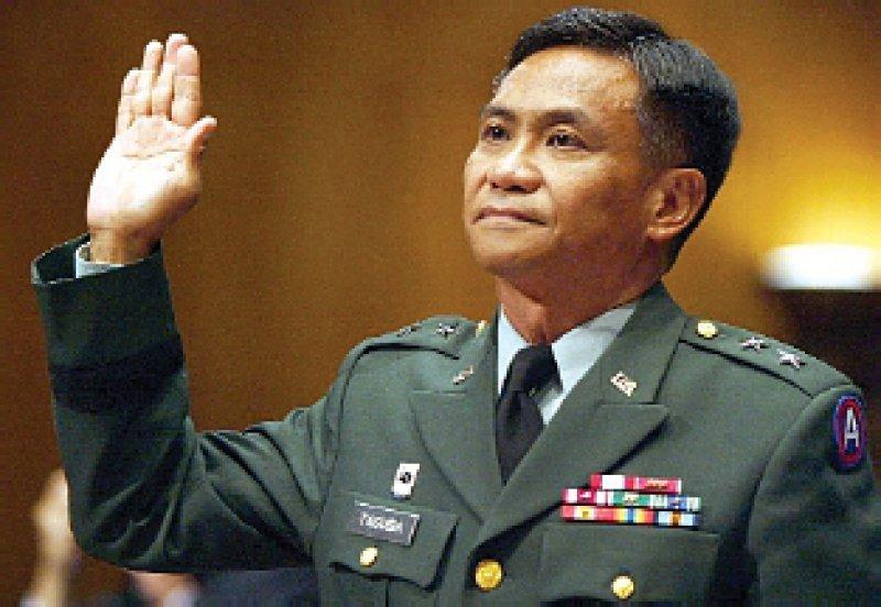 Vereidigung von Generalmajor Antonio Taguba vor dem USSenat: Der Militärermittler hatte die Misshandlungsvorwürfe in Abu Ghraib untersucht. Taguba prangerte mangelnde Disziplin, fehlende Ausbildung und Aufsicht der Soldaten und Militärpolizisten an. Foto: dpa