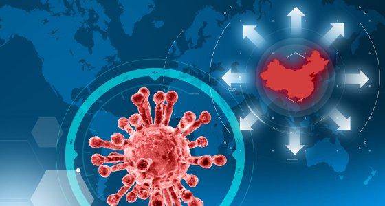 Coronavirus (rot) auf dem Hintergrund einer Weltkarte, auf der China rot markiert ist./ Naeblys, stock.adobe.com