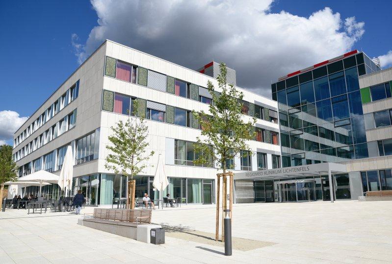 Das Helmut-G.-Walther-Klinikum Lichtenfels gilt als deutsches Best-Practice-Beispiel für Green Hospitals. Eine der Maßnahmen für mehr Nachhaltigkeit sind die zwischen den Fenstern platzierten Solarpaneele an der Außenfassade. Foto: Helmut-G.-Walther-Klinikum Lichtenfels