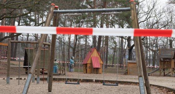 Dresden: Ein Absperrband hängt vor einem Spielplatz. Um die Ausbreitung des Coronavirus zu verlangsamen hat die Bundesregierung das öffentliche Leben erheblich eingeschränkt. /picture alliance